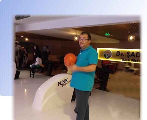Dijital pazarlama danışmanı Engin Yılmaz bowling salonunda Tulza